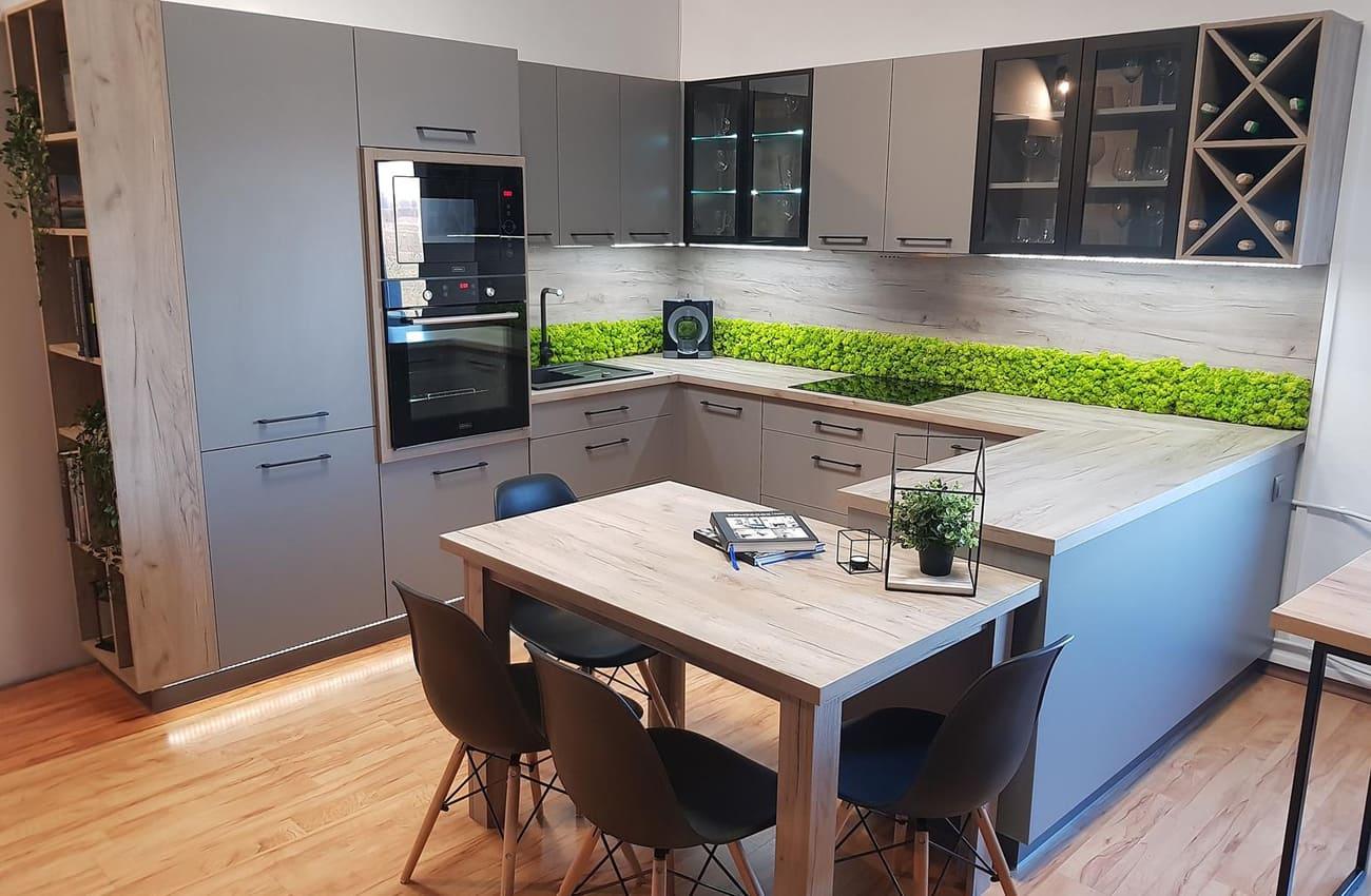 современная кухня с серыми матовыми фасадами