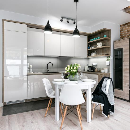 кухня с белыми глянцевыми фасадами и темно-серой столешницей