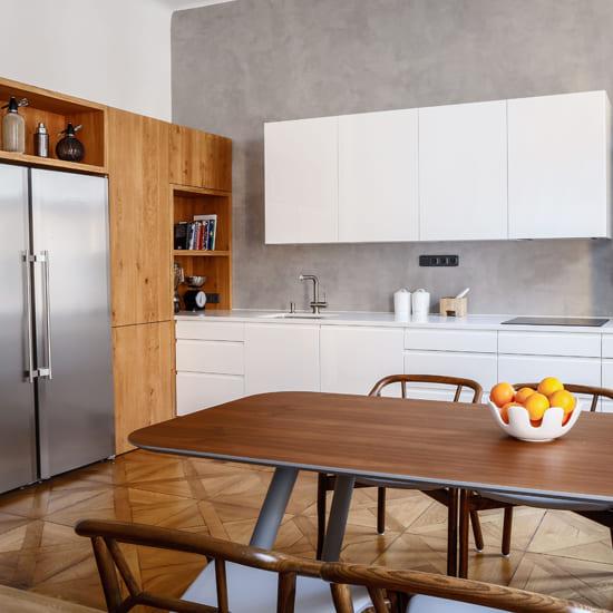 современная кухня с белыми фасадами в скандинавском стиле