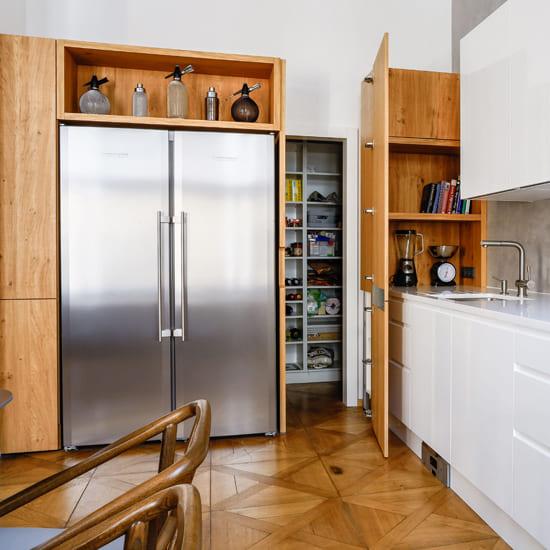 кухня с белыми и деревянными фасадами