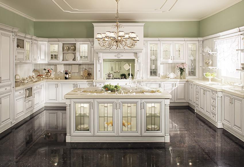 белая кухня с серебрянной патиной