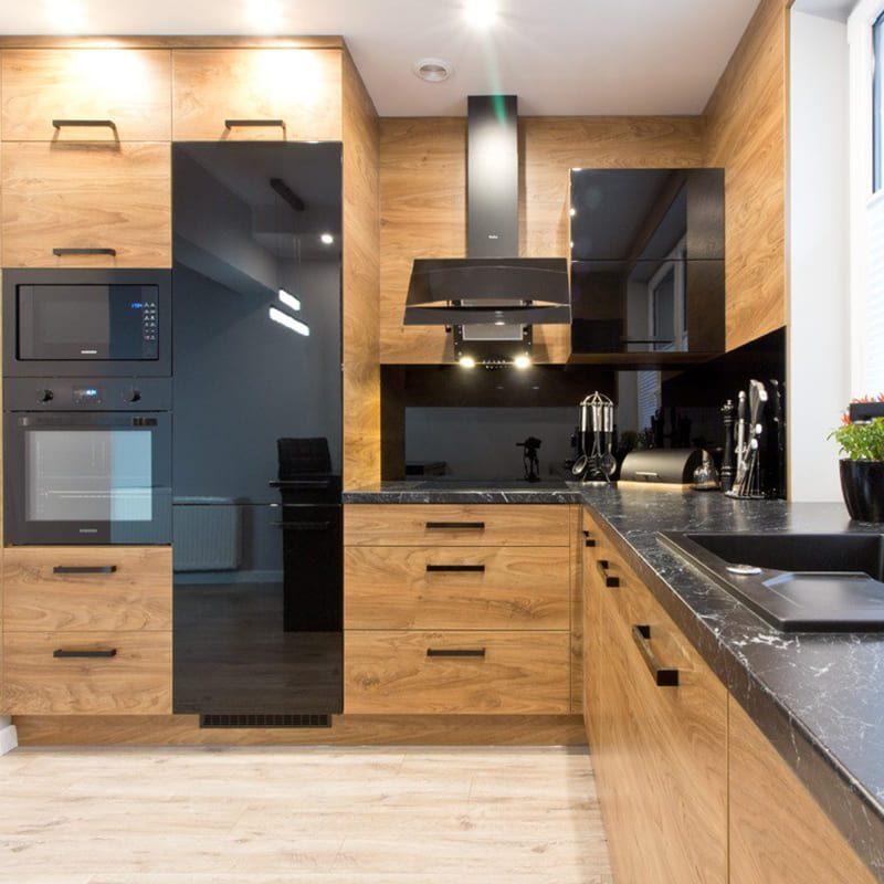 кухня с деревянными фасадами и черной столешницей