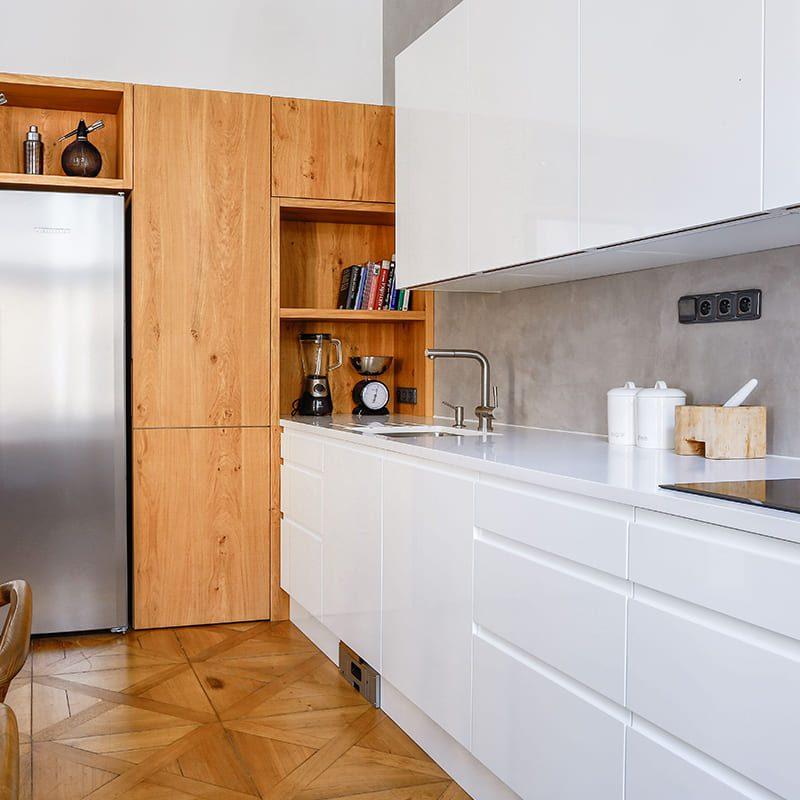 белая кухня с деревянными шкафами