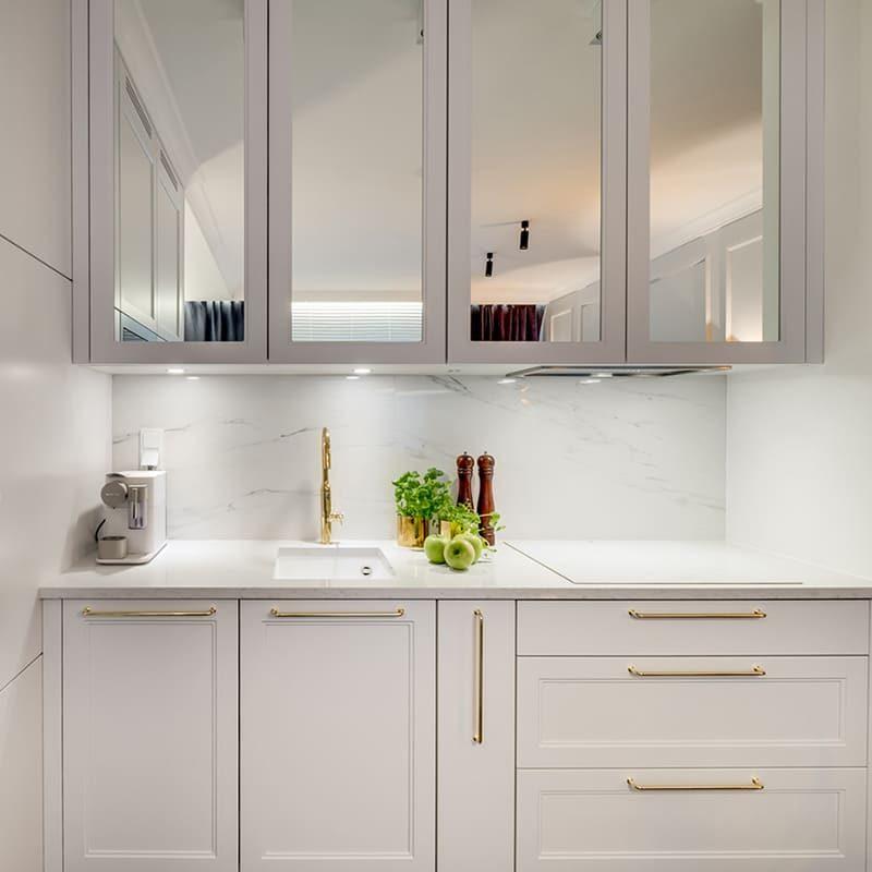белая кухня с золотыми ручками