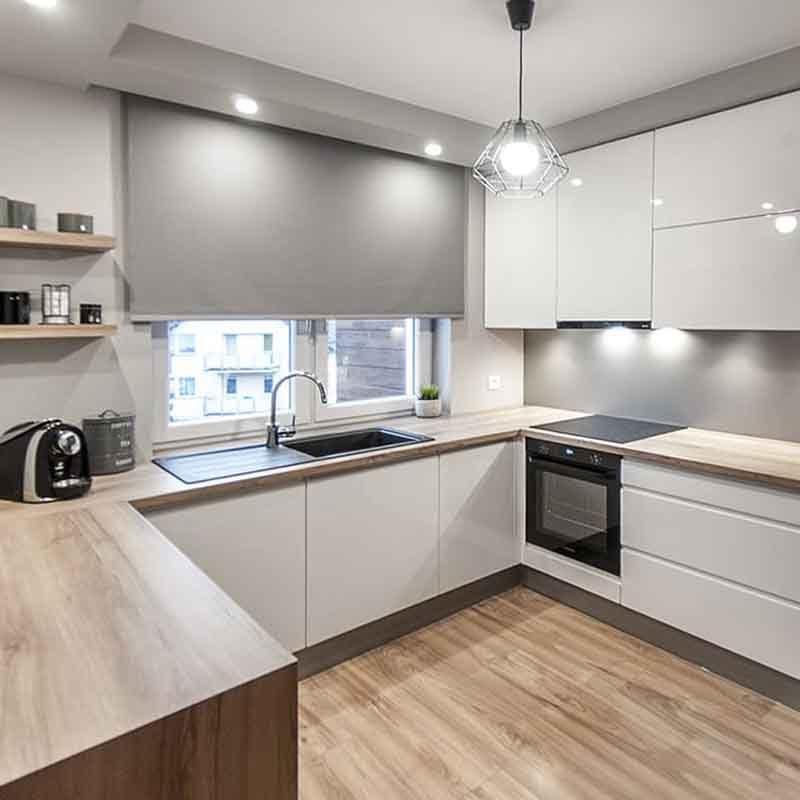 белая современная кухня с глянцевыми фасадами