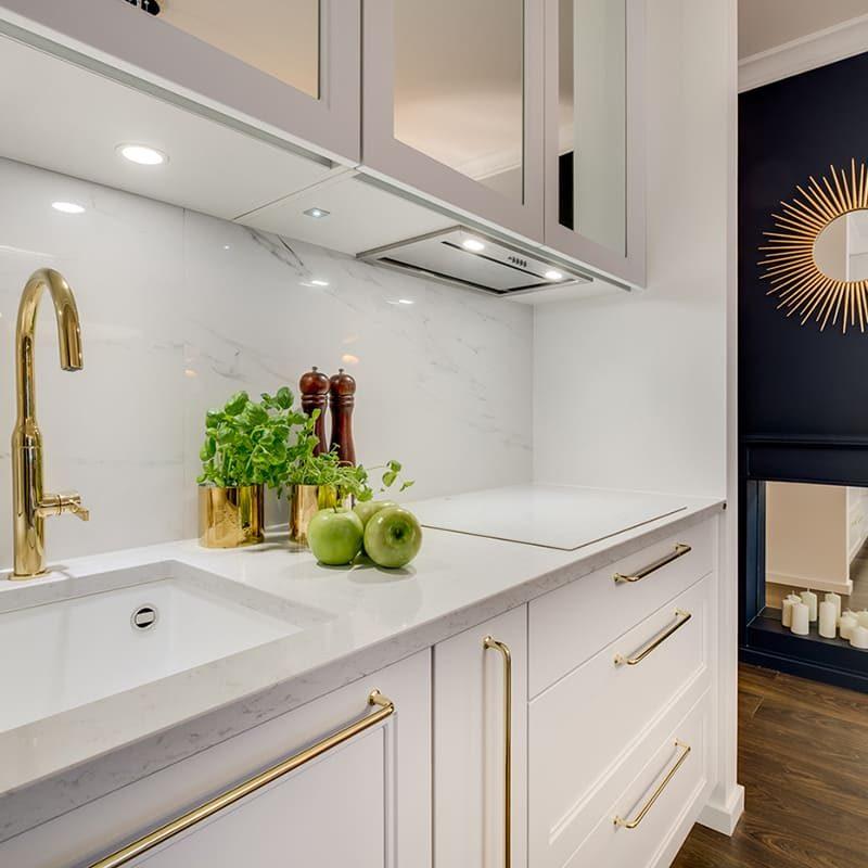белая кухня с золотом