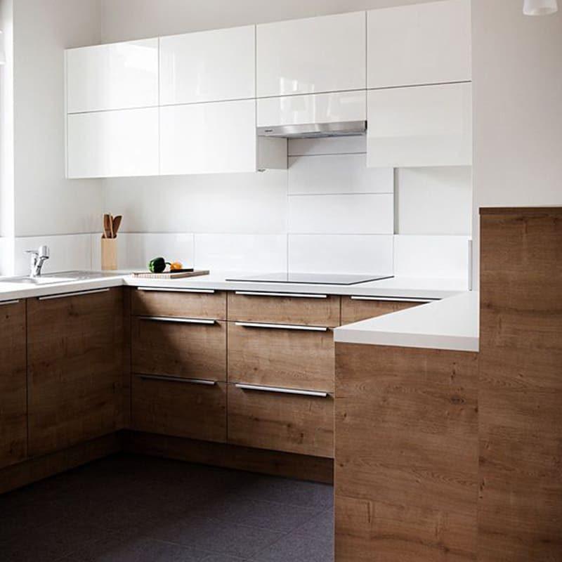 современная кухня с белыми верхними ящиками