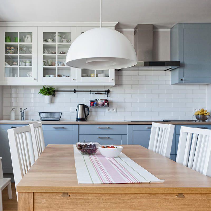голубая кухня с белыми ящиками сверху