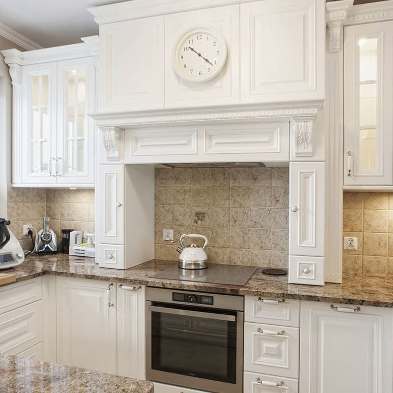 дорогая классическая белая кухня