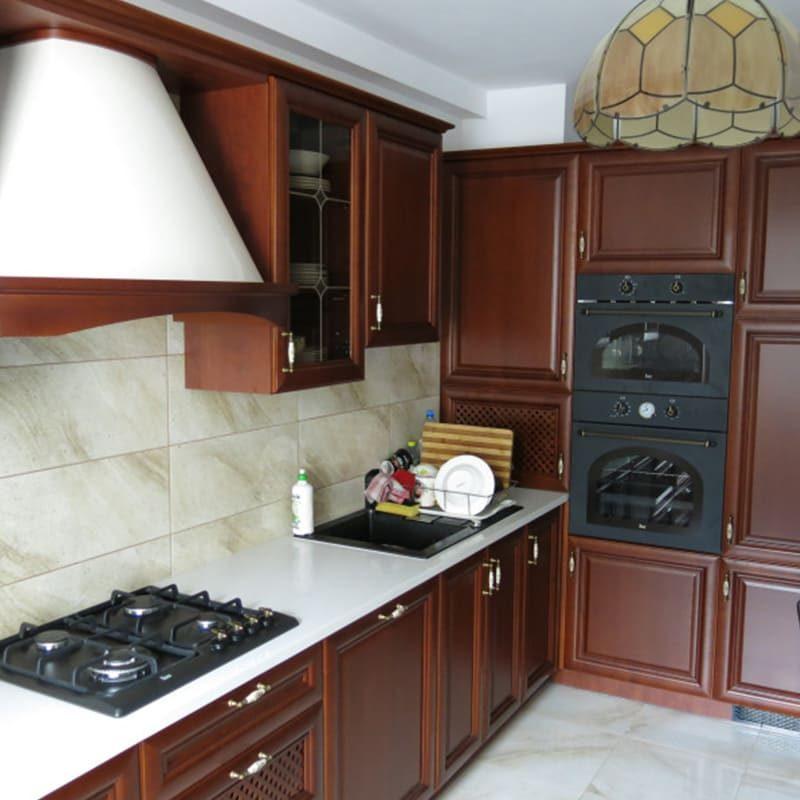 классическая коричневая кухня