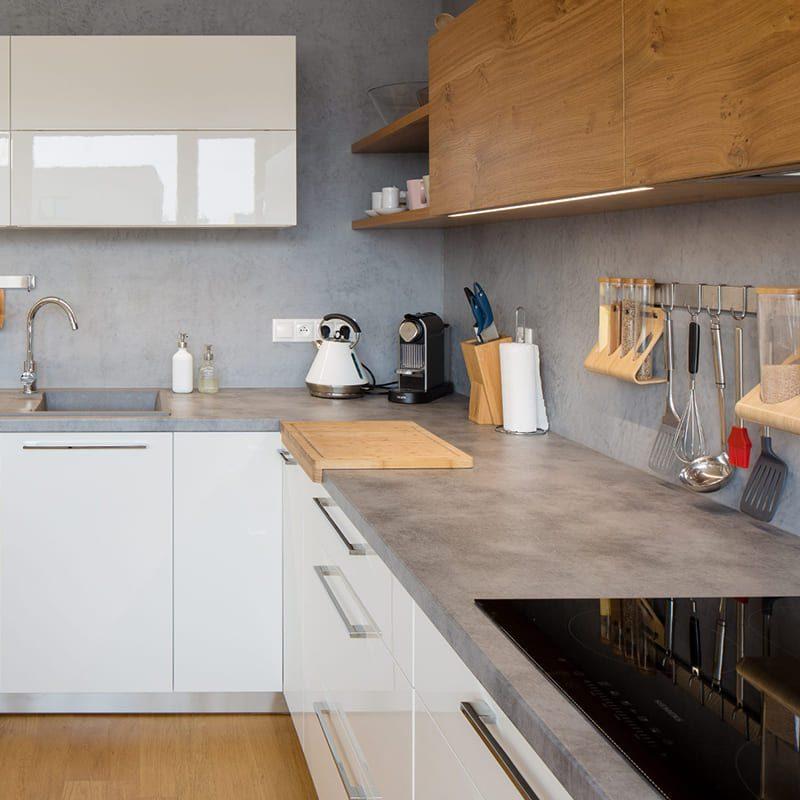 стильная современная кухня с белыми фасадами и светло-коричневыми верхними шкафами