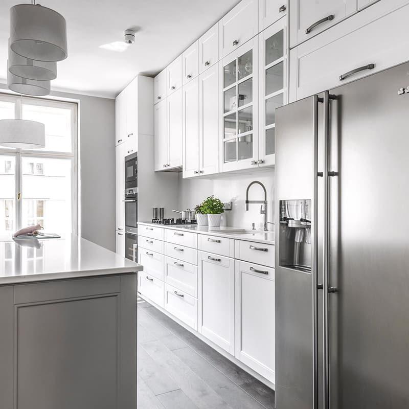 красивая белая кухня в неоклассическом стиле