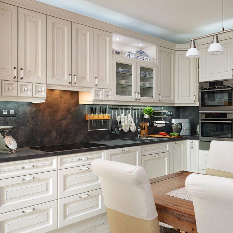 классическая белая кухня с черной столешницей