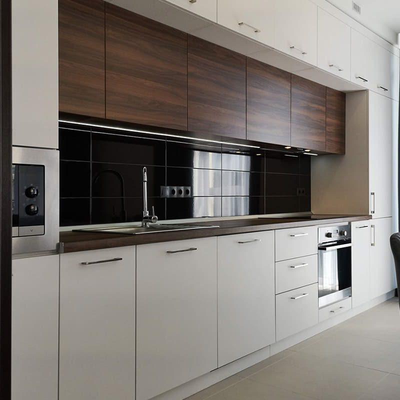 белая кухня с деревянными фасадами