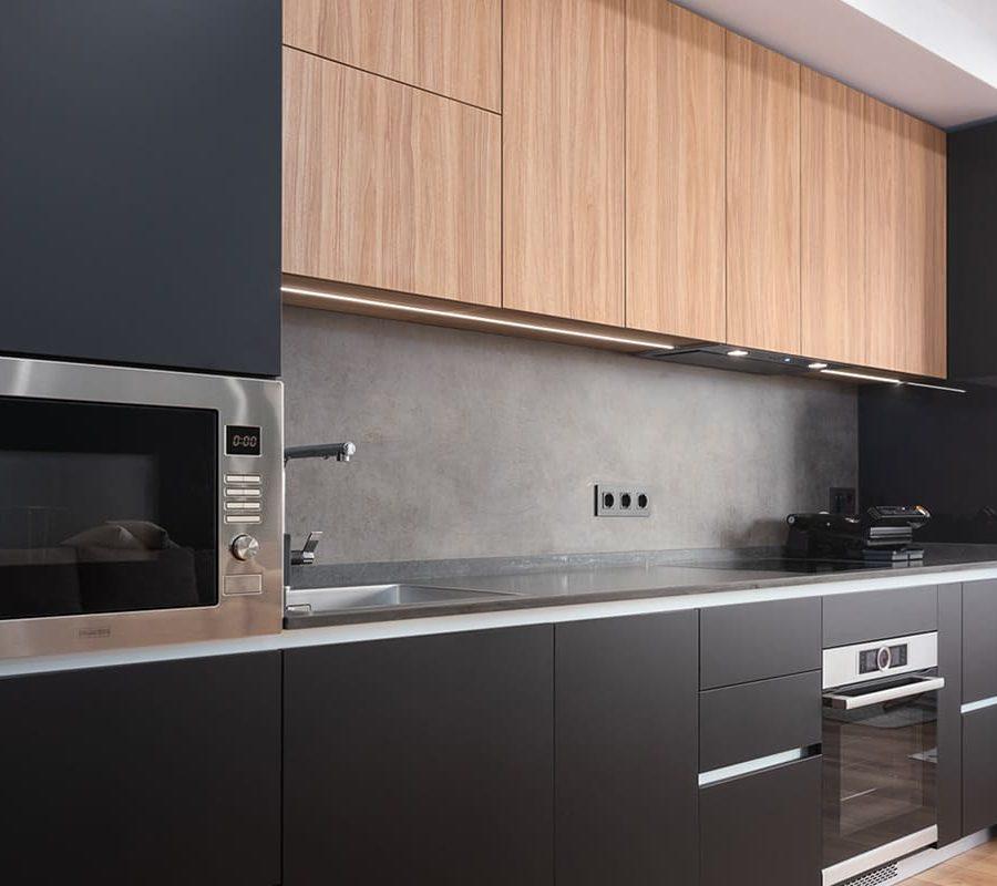 современная кухня с черными матовыми фасадами
