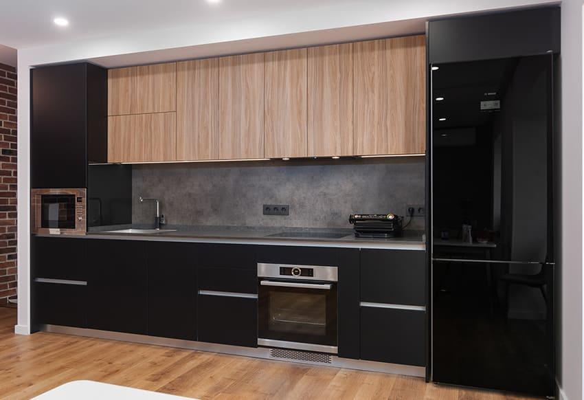 Современня кухня с черными матовыми фасадами