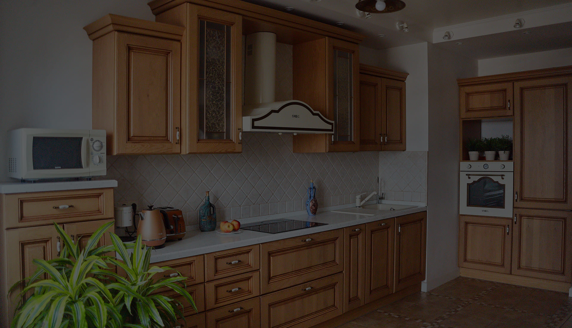 Классическая кухня из массива с каменной столешницей и плиткой