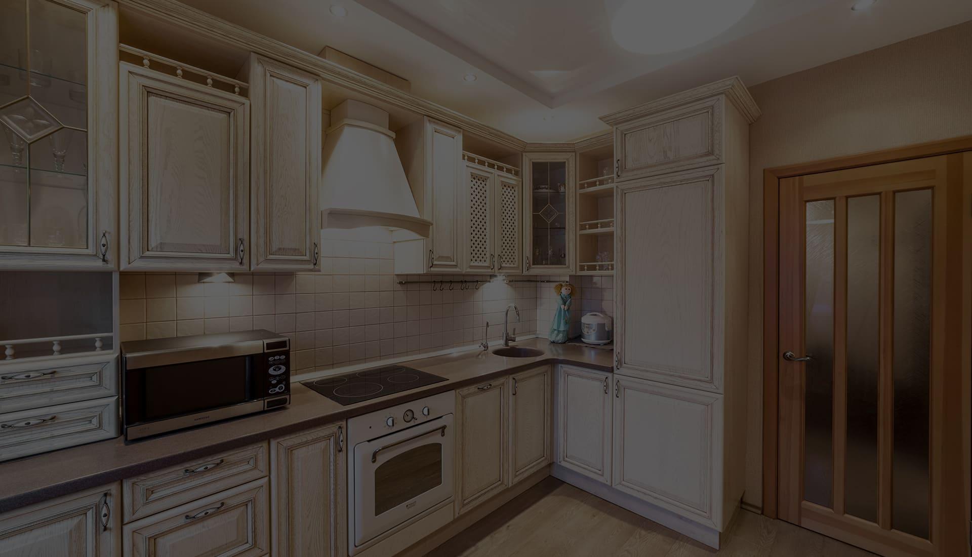 Белая кухня с золотой патиной от производителя