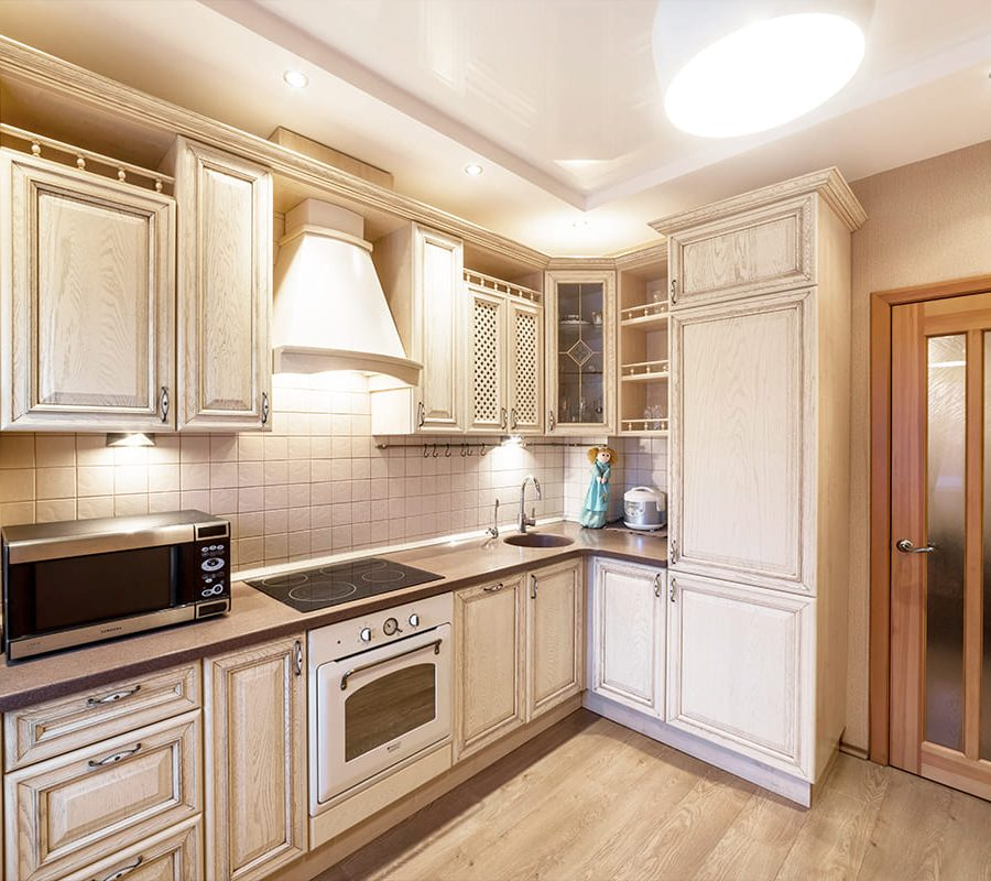Белая кухня с золотой патиной