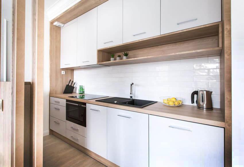 современная кухня с белыми матовыми фасадами