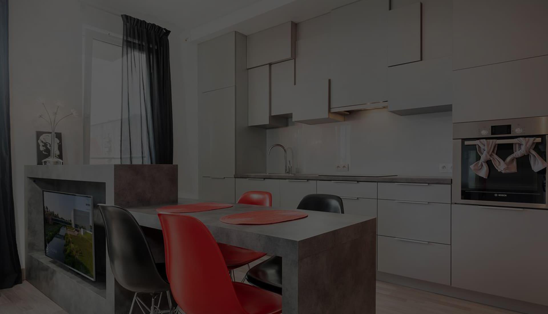 Современная кухня с разноуровневыми шкафами