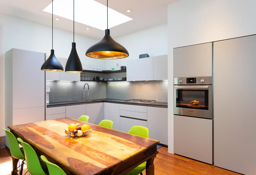 современная кухня без ручек со светло-серыми фасадами