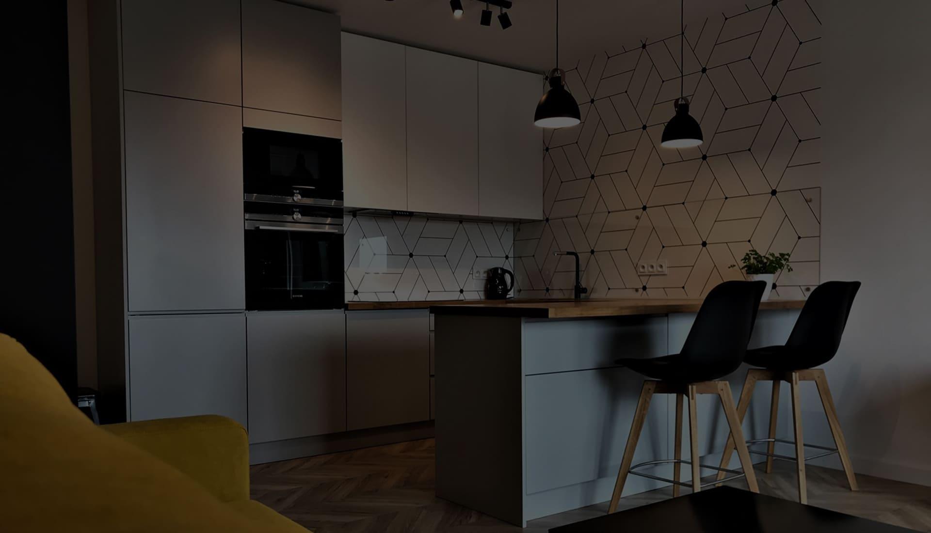 современная кухня с белыми и серыми фасадами