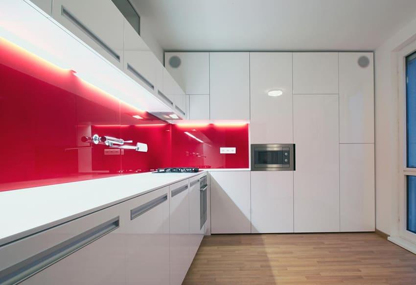Современная кухня с белыми глянцевыми акриловыми фасадами