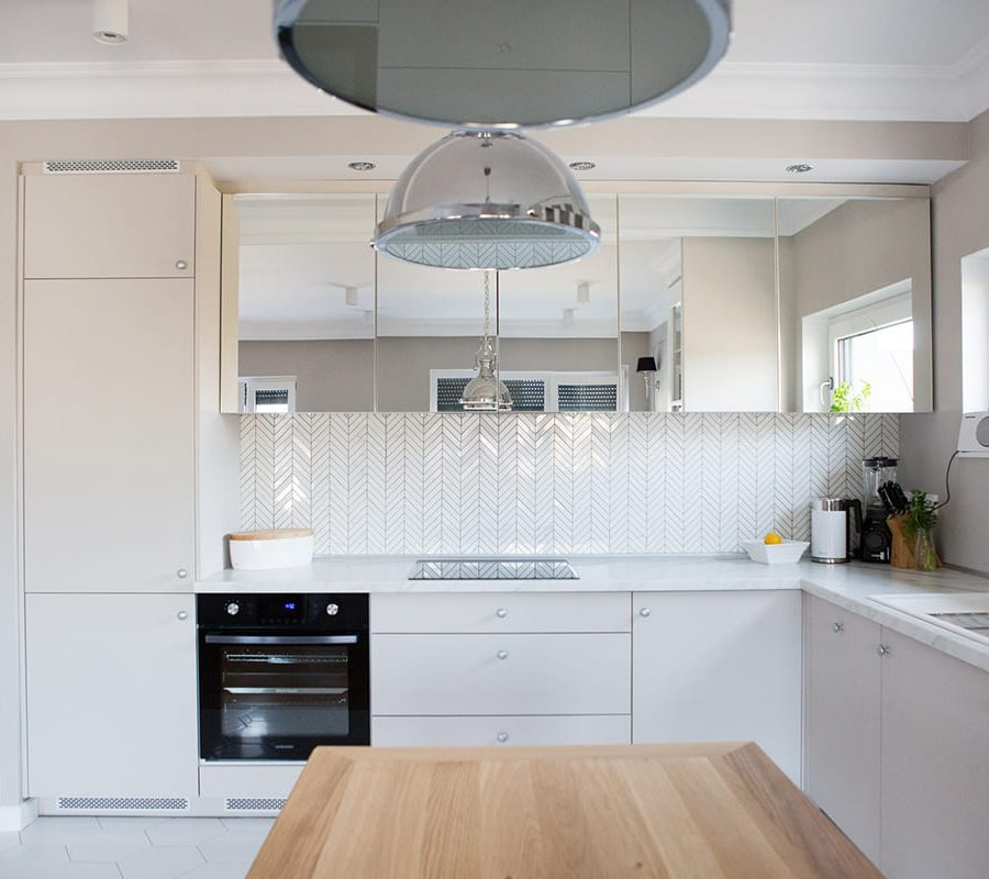 кухня с фасадами из зеркала