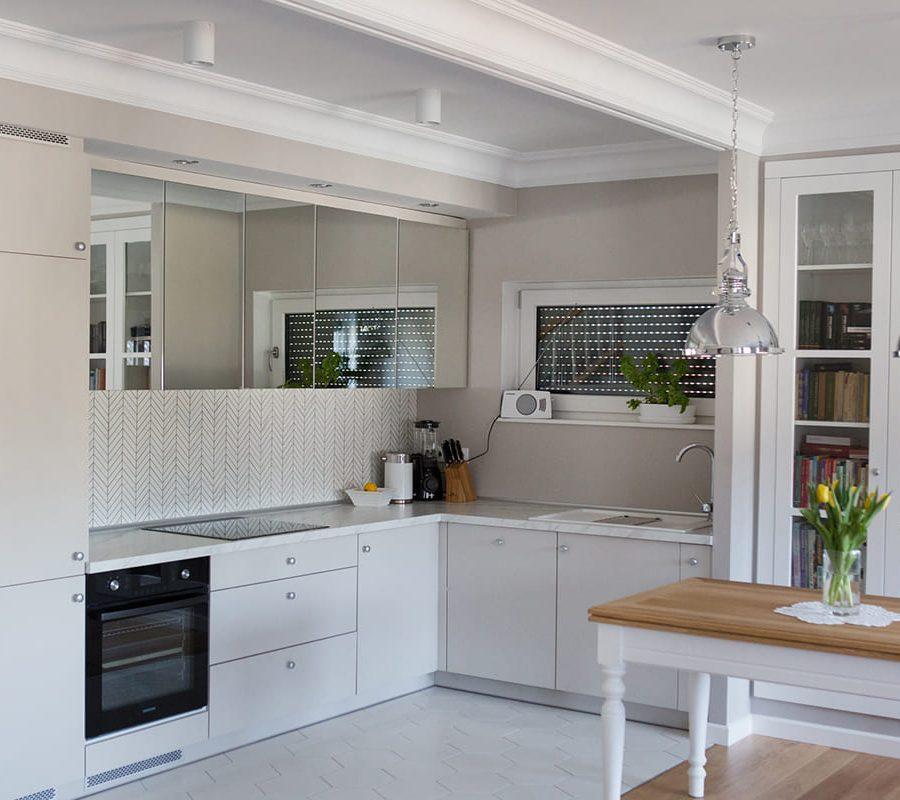 кухня с зеркальными фасадами