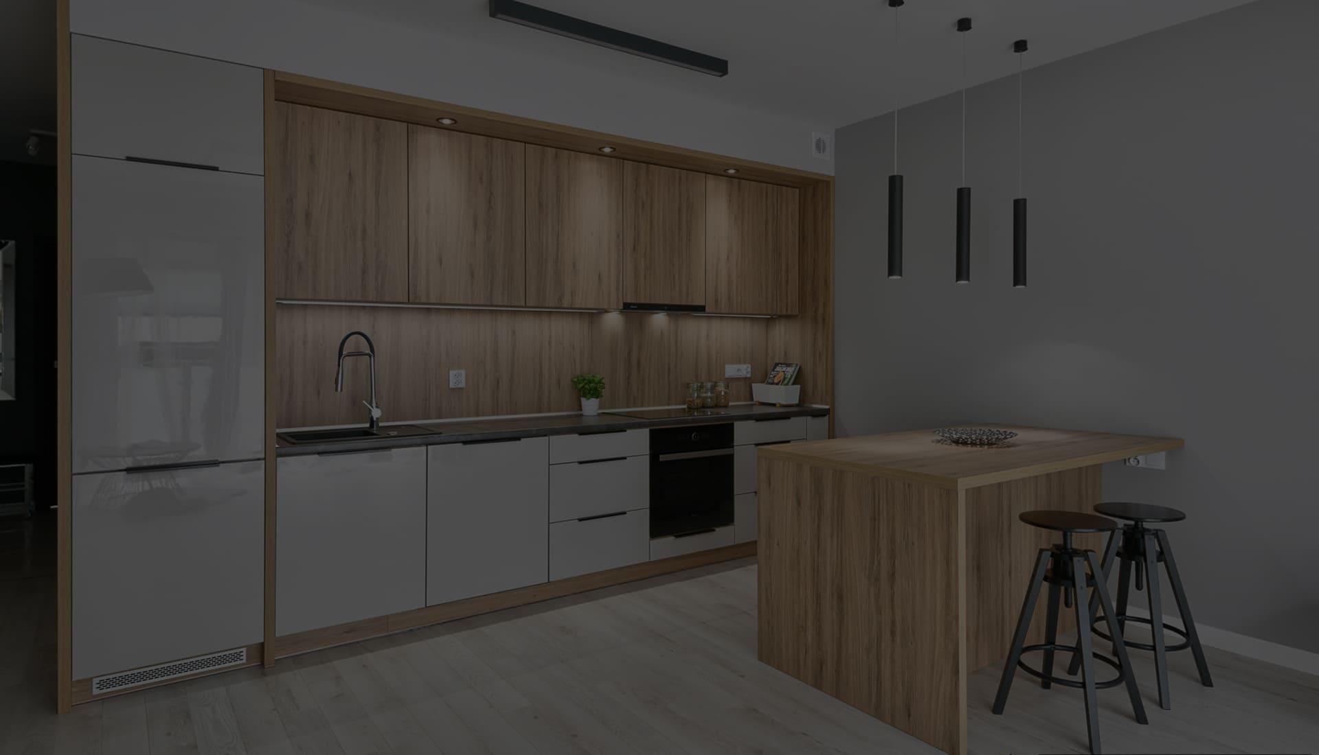 современная серая кухня с глянцевыми фасадами и деревом